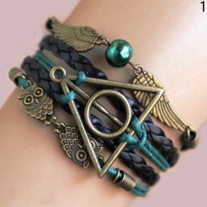 Bracelet bronze émeraude Les Reliques de la mort avec hibou d'harry potter et vif d'or sur une main