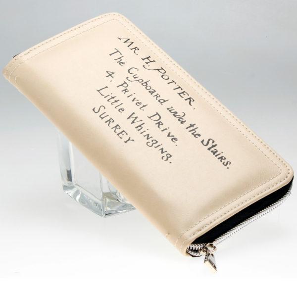 Porte monnaie Harry Potter de dos avec adresse d'Harry Potter sur fond blanc
