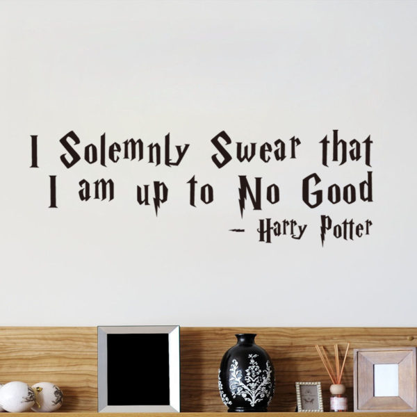 "Sticker noir ""I solemnly swear that I am up to no good"" dans une chambre"