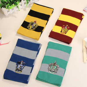 Écharpe Harry Potter des différents maisons : Gryffondor, Poufsouffle, Serpentard, Serdaigle sur fond beige
