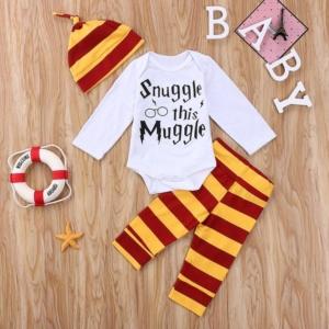 Ensemble pour nouveau-né Harry Potter sur fond marron avec décor