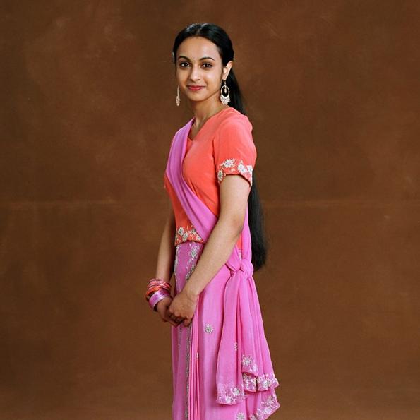 Parvati Patil - De trois quart en tenu rose - A découvrir sur Wingardium Leviosa