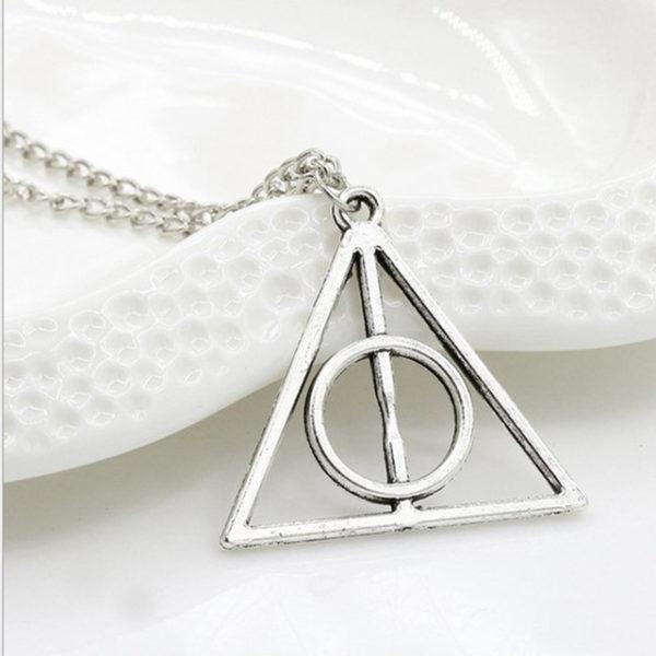 Collier gris reliques de la mort Harry Potter sur fond blanc