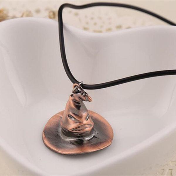 Collier Choixpeau Harry Potter en bronze dans une assiette blanche