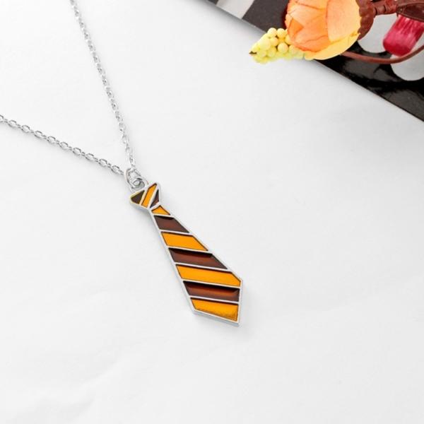 Collier cravate de Gryffondor sur fond blanc