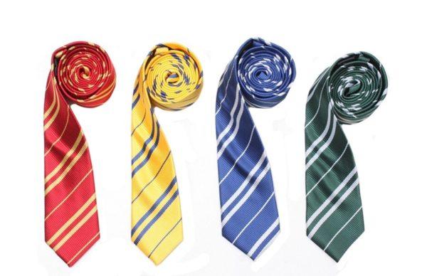 Déguisement Harry Potter - cravates des 4 maisons - Gryffondor - Poufsouffle - Serdaigle - Serpentard sur fond blanc